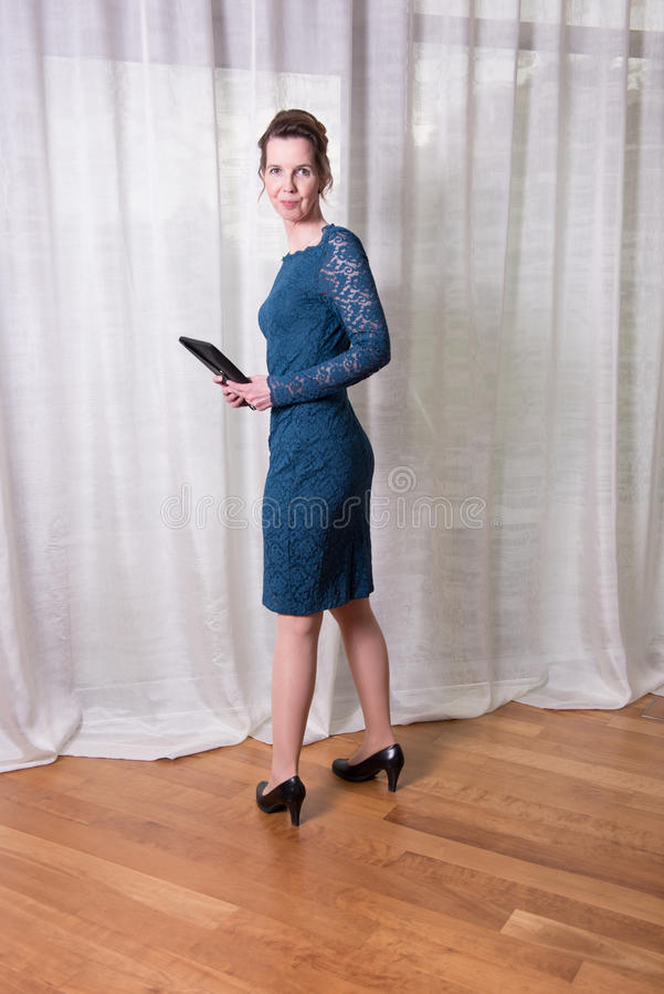 Attraktiv kvinna för stående i blåttklänning arkivfoto