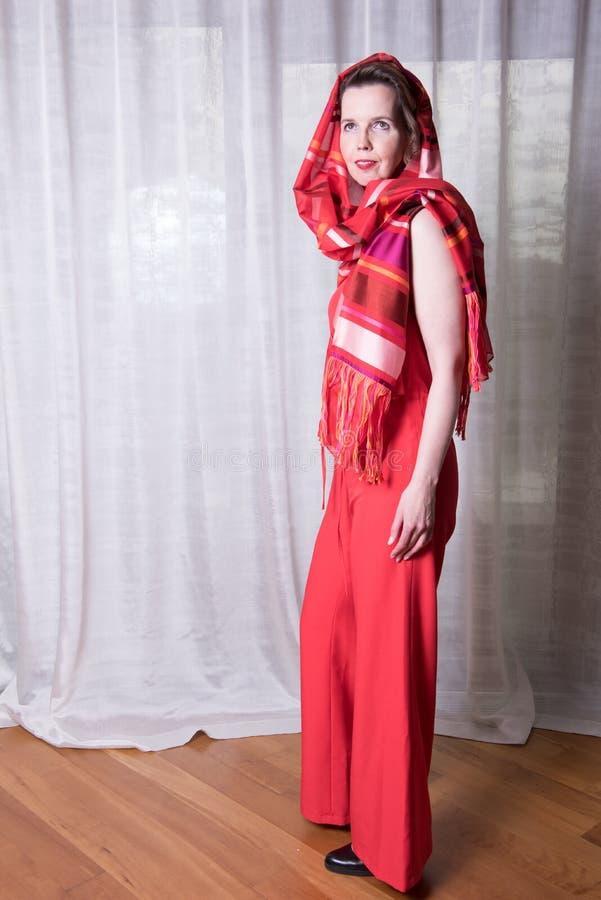 Attraktiv kvinna för stående med den röda klänningen på fotografering för bildbyråer