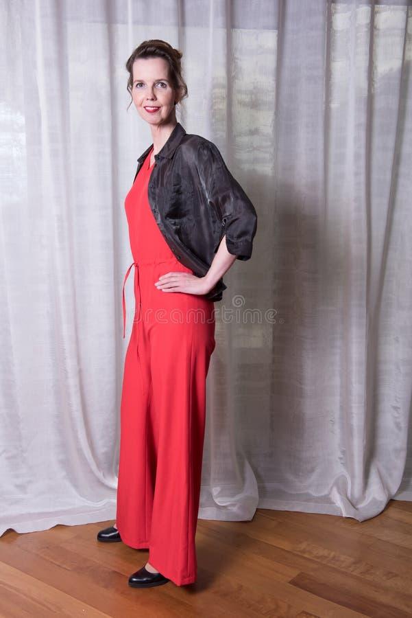 Attraktiv kvinna för stående med den röda klänningen på royaltyfri bild