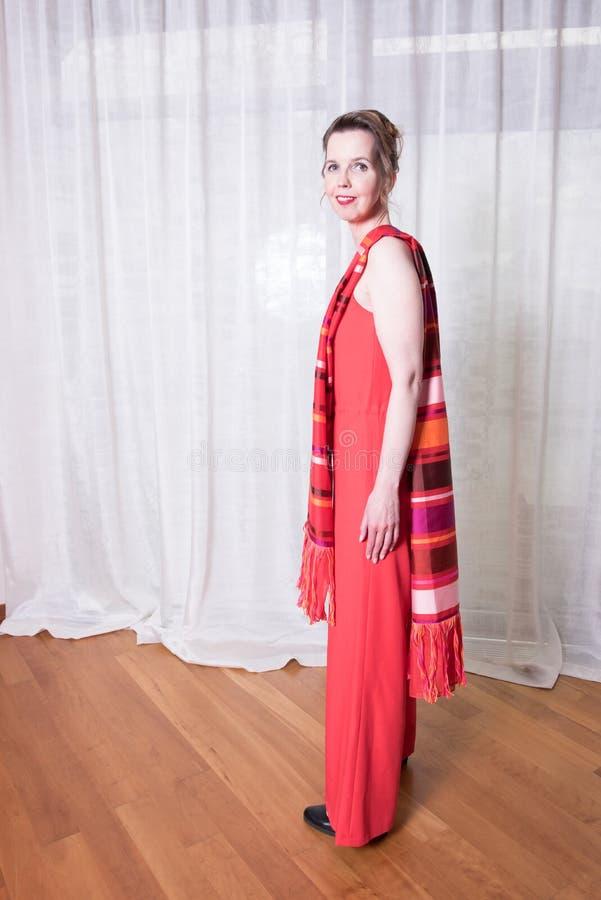 Attraktiv kvinna för stående med halsduken arkivfoton