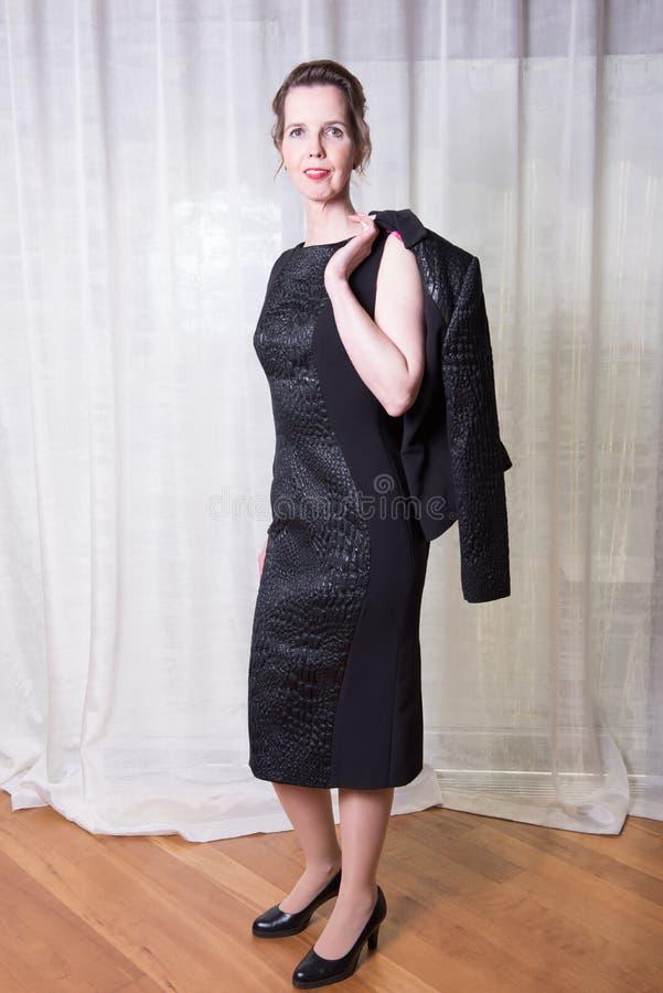 Attraktiv kvinna för stående med omslaget över skuldra arkivbilder