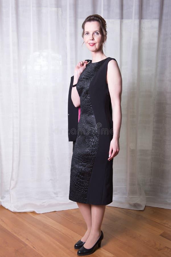 Attraktiv kvinna för stående med omslaget över skuldra arkivbild