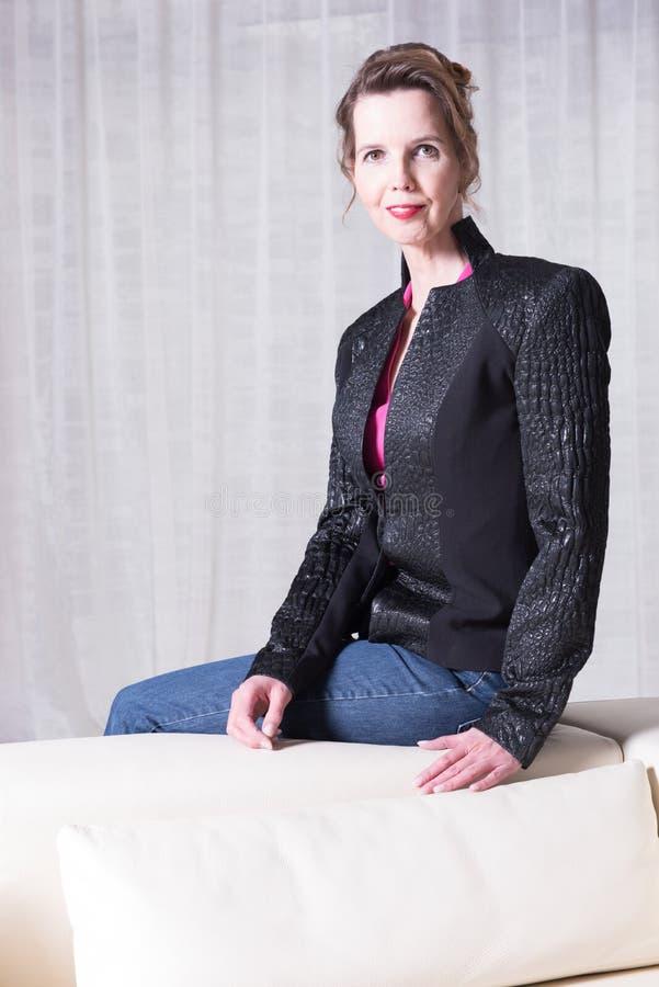 Attraktiv kvinna för stående med omslaget royaltyfri fotografi