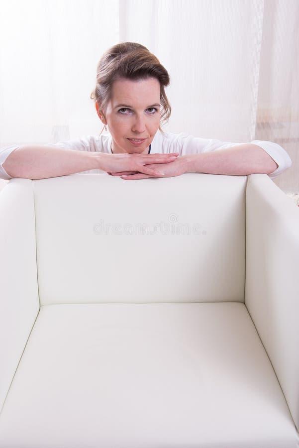 Attraktiv kvinna för stående med panelljuset royaltyfria foton
