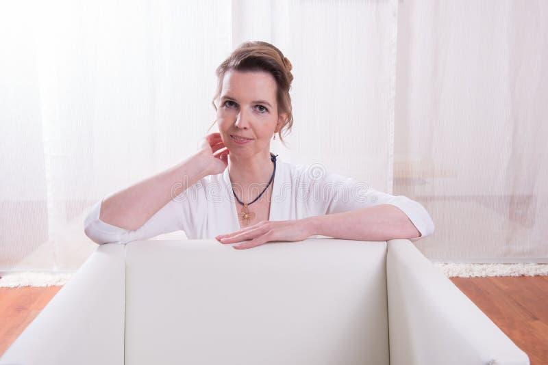 Attraktiv kvinna för stående med panelljuset arkivfoto