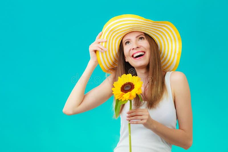 Attraktiv kvinna för stående med solrosen fotografering för bildbyråer