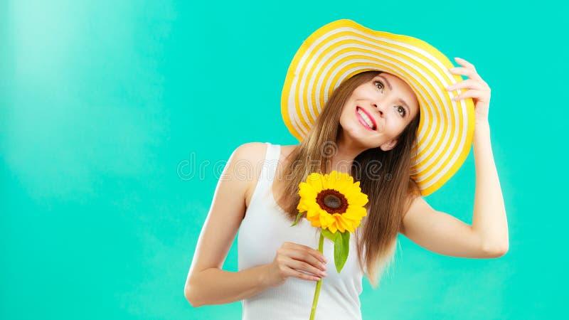 Attraktiv kvinna för stående med solrosen royaltyfria foton
