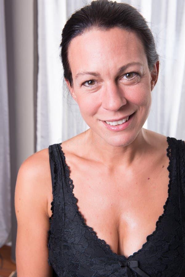 Attraktiv kvinna för stående med svart hår royaltyfri fotografi
