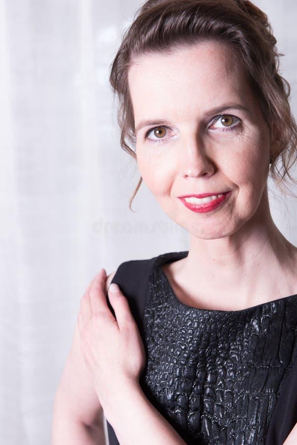 Attraktiv kvinna för stående som ler arkivbild