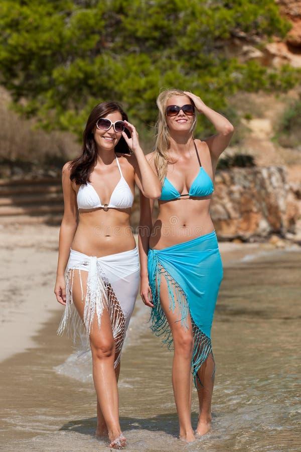 attraktiv kvinna för strandbikini två arkivfoton