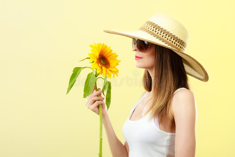 Attraktiv kvinna f?r st?ende med solrosen royaltyfri foto