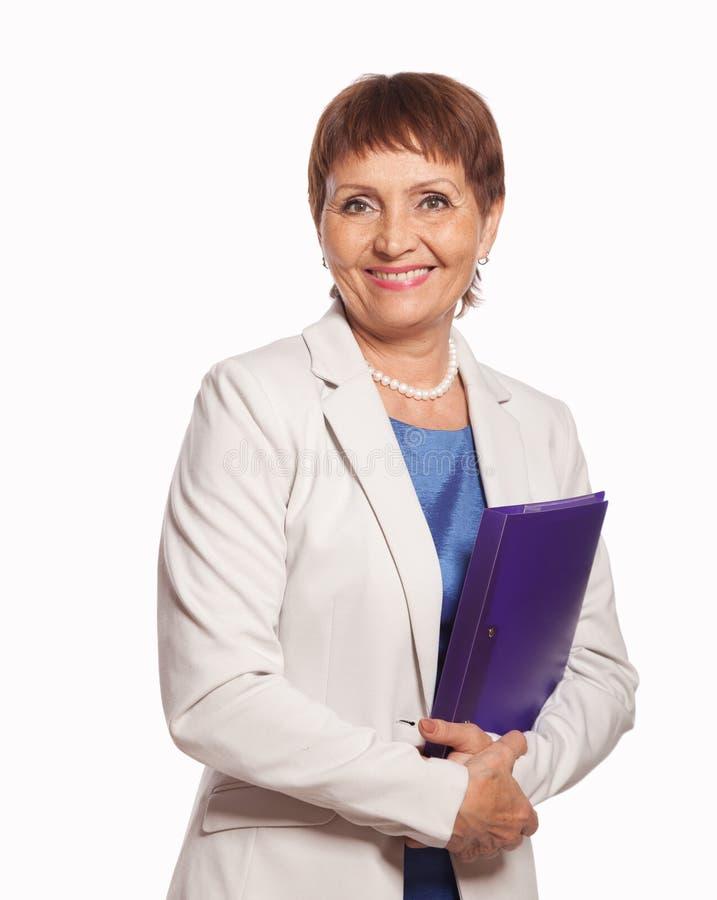 Attraktiv kvinna 50 gamla år med en mapp för dokument arkivfoton