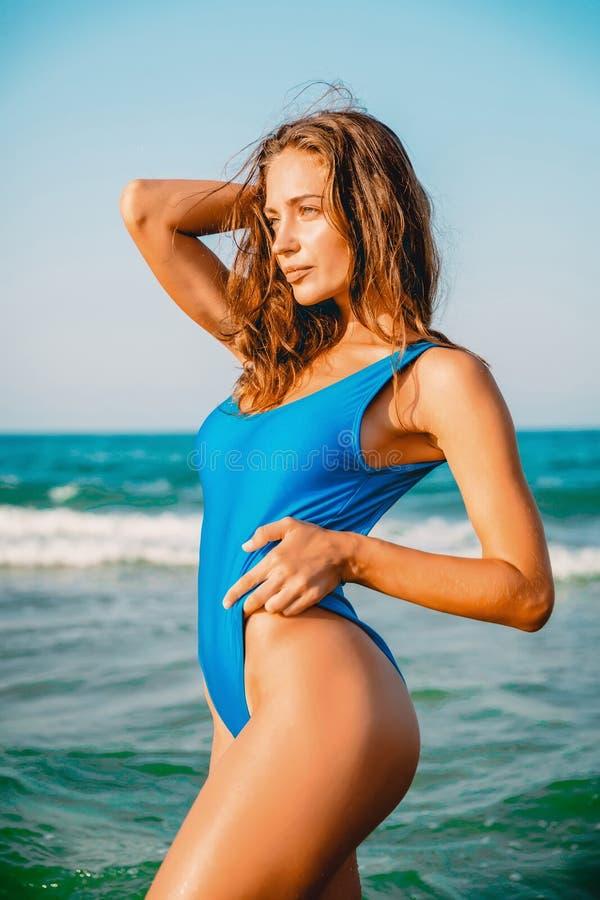 Attraktiv kvinna i bikini på havet tropiska semestrar royaltyfria bilder