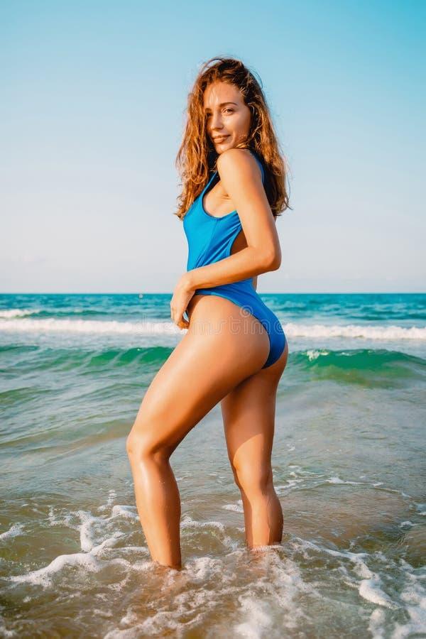 Attraktiv kvinna i bikini på havet tropiska semestrar fotografering för bildbyråer