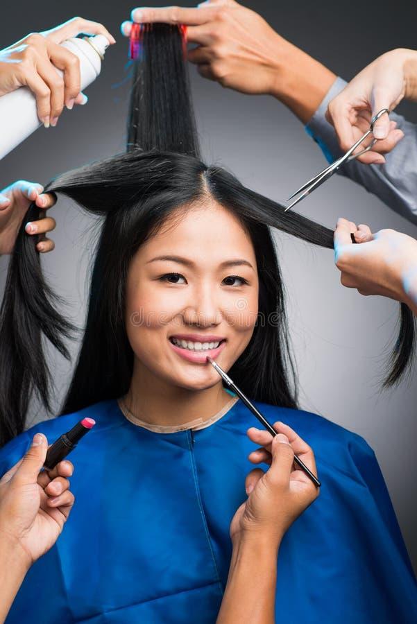 Attraktiv kvinna i förberedelse royaltyfri foto