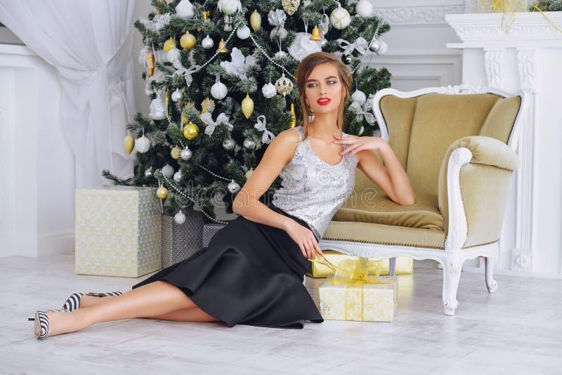 Attraktiv kvinna i inre för jul royaltyfria foton