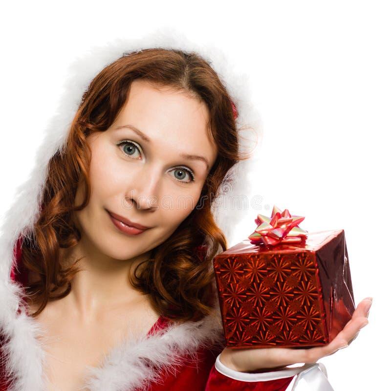 Attraktiv kvinna i julklänninghand en present arkivbild