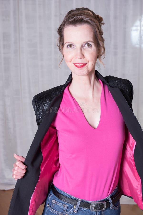 Attraktiv kvinna i lilaklänning royaltyfri foto