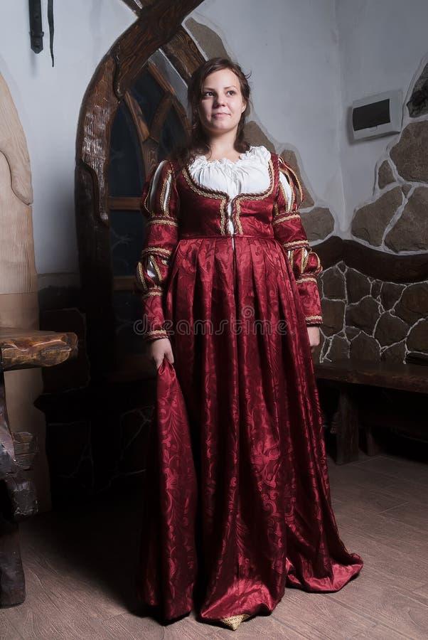 Attraktiv kvinna i röd klänning i retro barock arkivbild