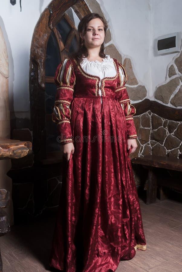 Attraktiv kvinna i röd klänning i retro barock royaltyfria foton