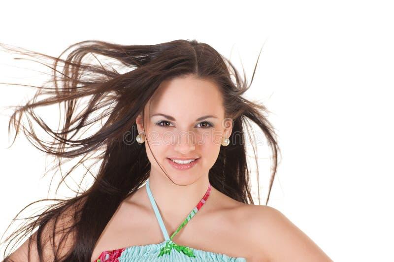 Attraktiv kvinna i sommarklänning och henne hår på en linda arkivfoton