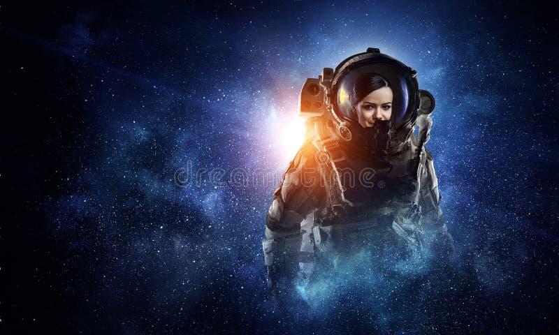 Attraktiv kvinna i spacesuit arkivfoto