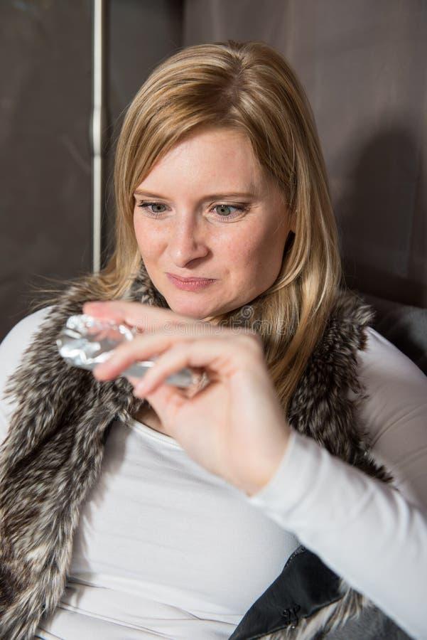 Attraktiv kvinna i tältet som framåtriktat ser till hennes choklad royaltyfri fotografi