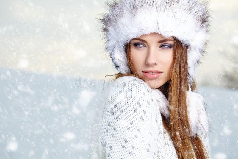 Attraktiv kvinna i utomhus- vintertid royaltyfria foton
