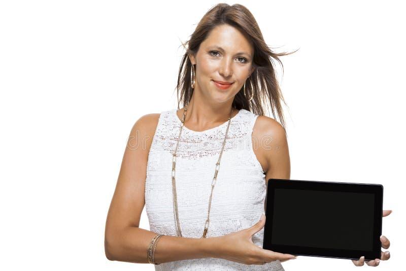 Attraktiv kvinna med den isolerade minnestavlaPCdatoren royaltyfri bild