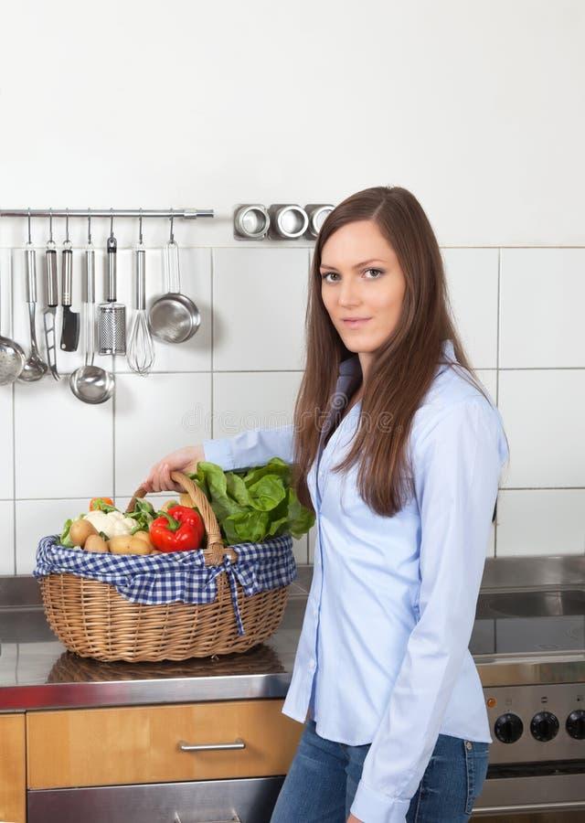 Attraktiv kvinna med den nya grönsaken arkivfoton