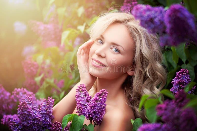 Attraktiv kvinna med gulligt leende royaltyfri fotografi