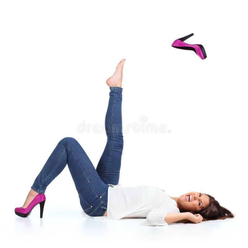 Attraktiv kvinna med jeans som kastar en fuchsiahäl arkivbilder