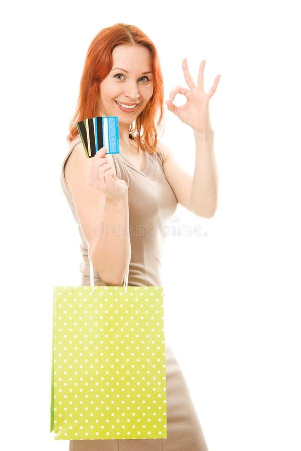 Attraktiv kvinna med kreditkortar och shopping arkivbild