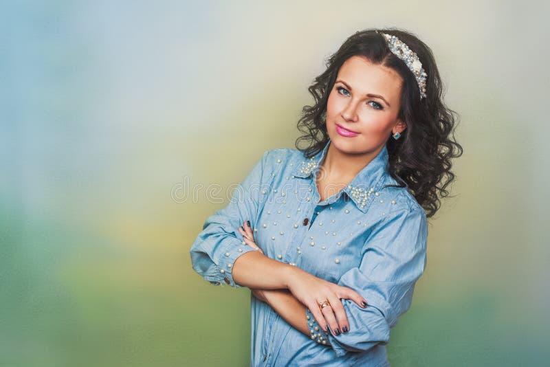 Attraktiv kvinna med kronan av pärlor fotografering för bildbyråer