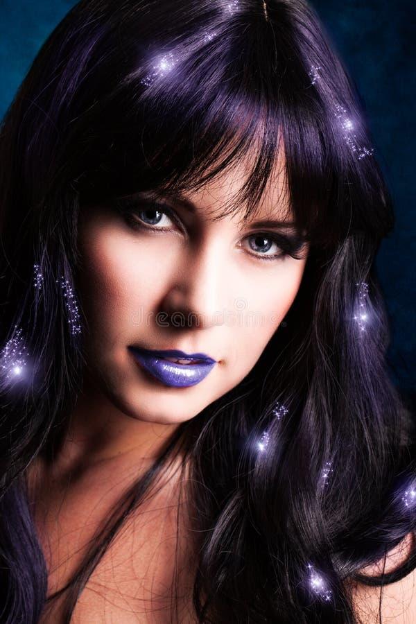 Attraktiv kvinna med magiska ljusa effekter royaltyfri bild