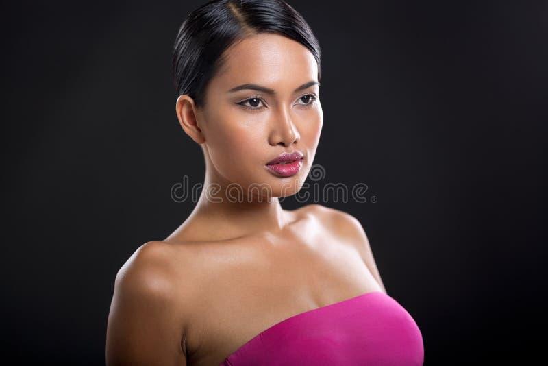 Attraktiv kvinna med perfekt hud royaltyfria bilder