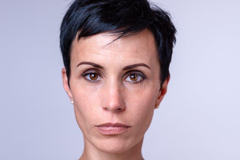 Attraktiv kvinna med stora bruna ögon royaltyfri fotografi