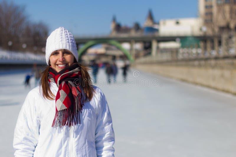 Attraktiv kvinna på den Ottawa Rideau kanalen Skateway under wint arkivbild