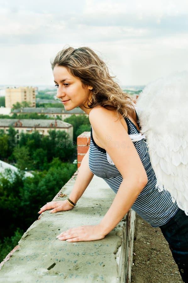 Attraktiv kvinna på taket arkivbilder