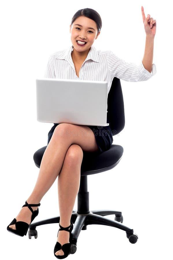 Attraktiv kvinna som arbetar på bärbara datorn royaltyfri foto