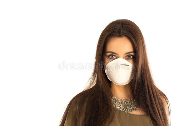 Attraktiv kvinna som bär en skyddande maskering arkivbilder