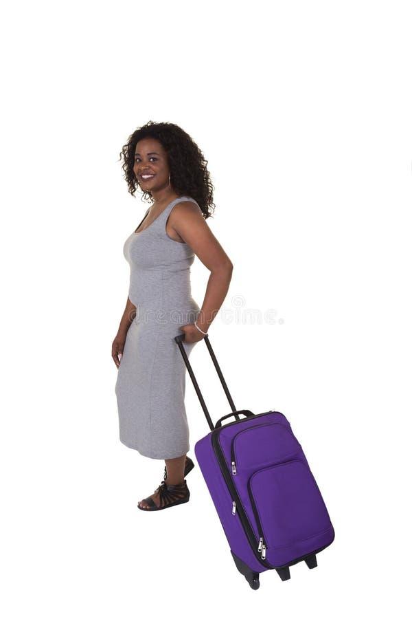 Attraktiv kvinna som drar bagage royaltyfria bilder