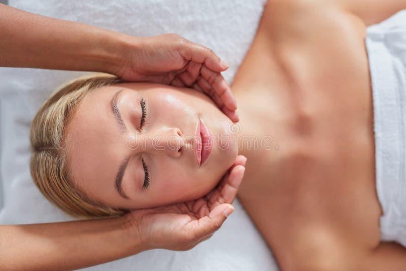 Attraktiv kvinna som får den head massagen på dayspaen royaltyfri bild