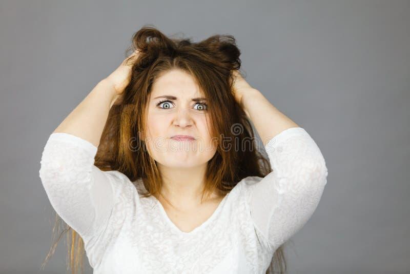 Attraktiv kvinna som har ilsket frustrerat framsidauttryck arkivbild