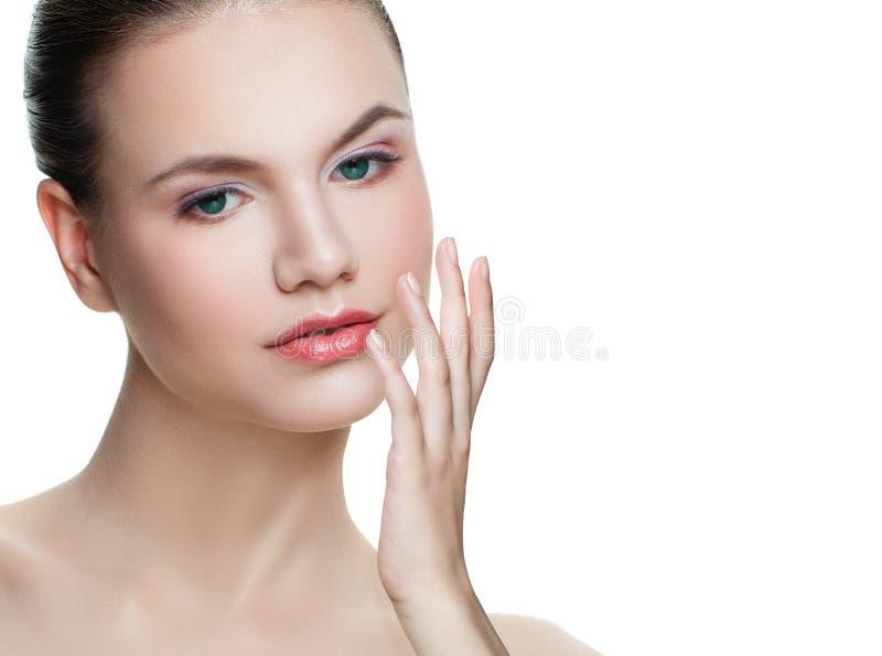 Attraktiv kvinna som isoleras på vit bakgrund Ansikts- behandling-, cosmetology-, skönhet-, skincare- och brunnsortbegrepp fotografering för bildbyråer