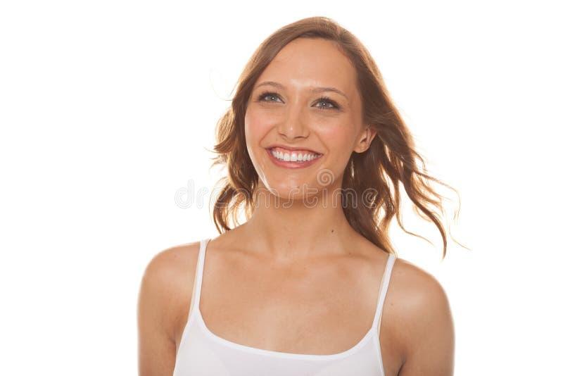 Attraktiv kvinna som ler på vit bakgrund arkivfoto