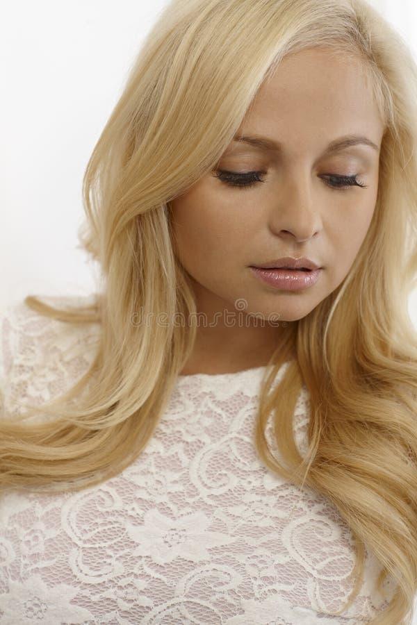 Attraktiv kvinna som ner ser arkivfoto