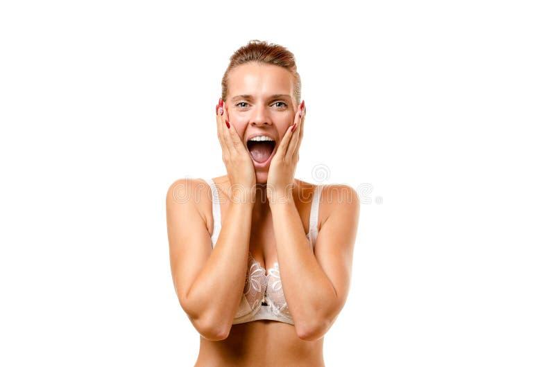 Attraktiv kvinna som skriker med händer till henne framsidan royaltyfri foto