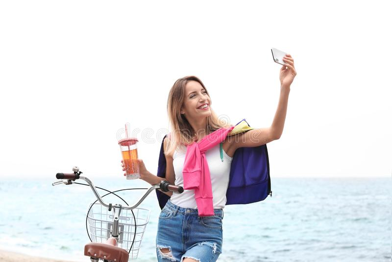 Attraktiv kvinna som tar selfie den near cykeln royaltyfri bild