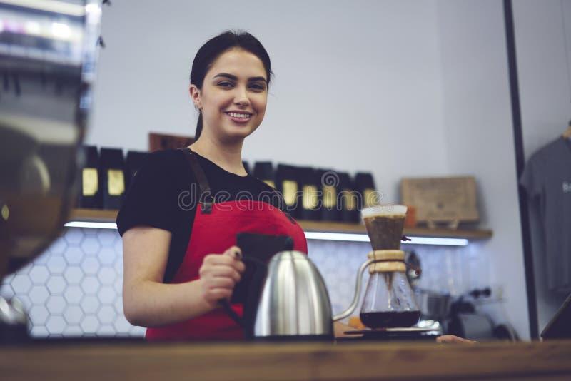 Attraktiv kvinnlig affärskvinnabaristaägare av stångcaffe royaltyfria foton